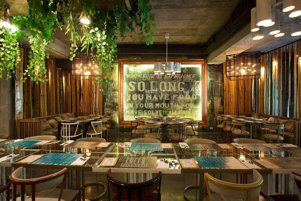 Restaurant Chefs. Experience cu mese si scaune si elemente industriale