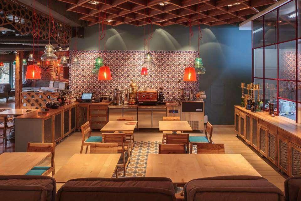 Restaurant Divan din Floreasca - mese si scaune si lampi colorate