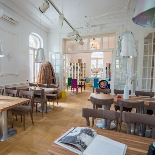 Restaurant Iconic Food Wine & Design cu mese si scaune si parchet maro