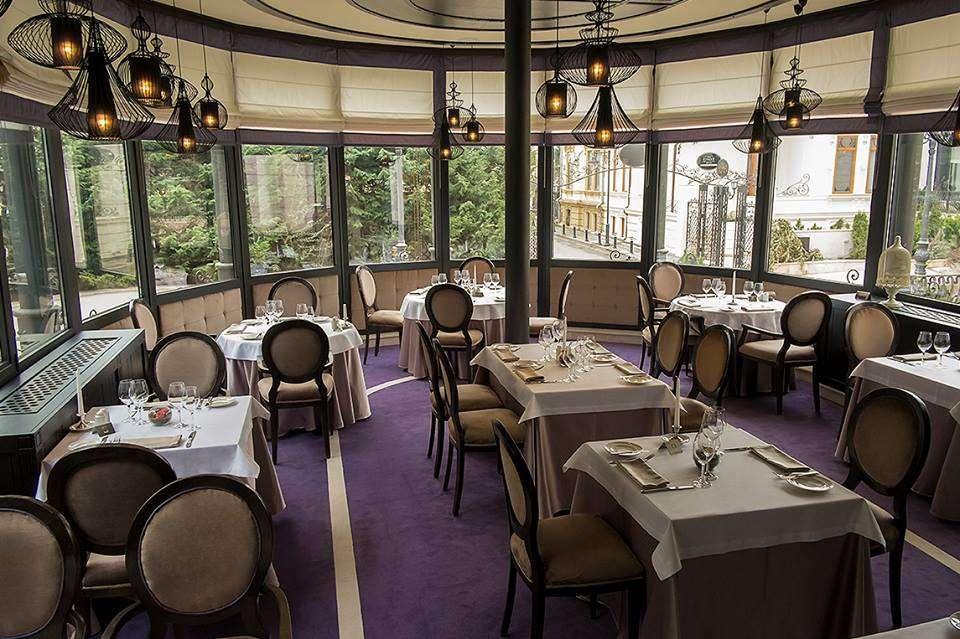 Restaurant L`Atelier din Bucuresti, luminos, cu mobilier elegant, in culorile bej si mov