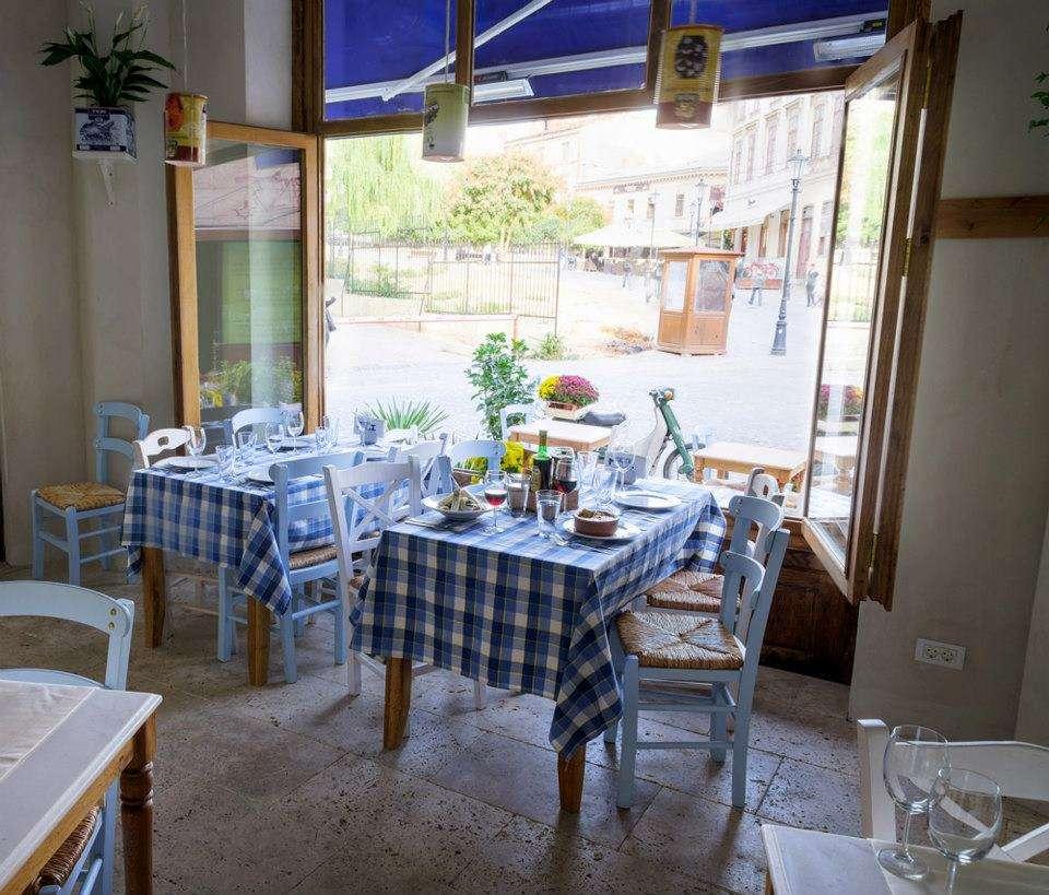 Restaurantul Meze cu design si accesorii cu specific grecesc, in culori de alb si albastru