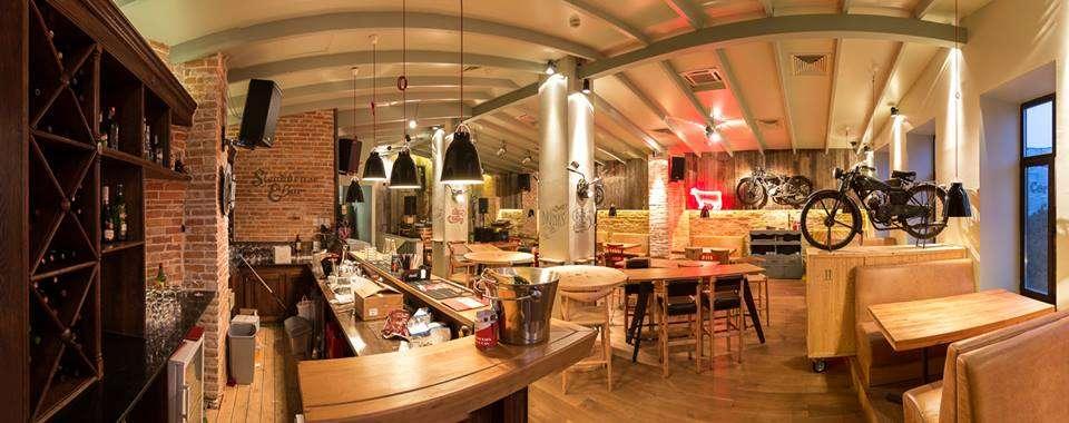 Red Angus Steakhouse, local din Bucuresti cu mese din lemn, canapele si motociclete