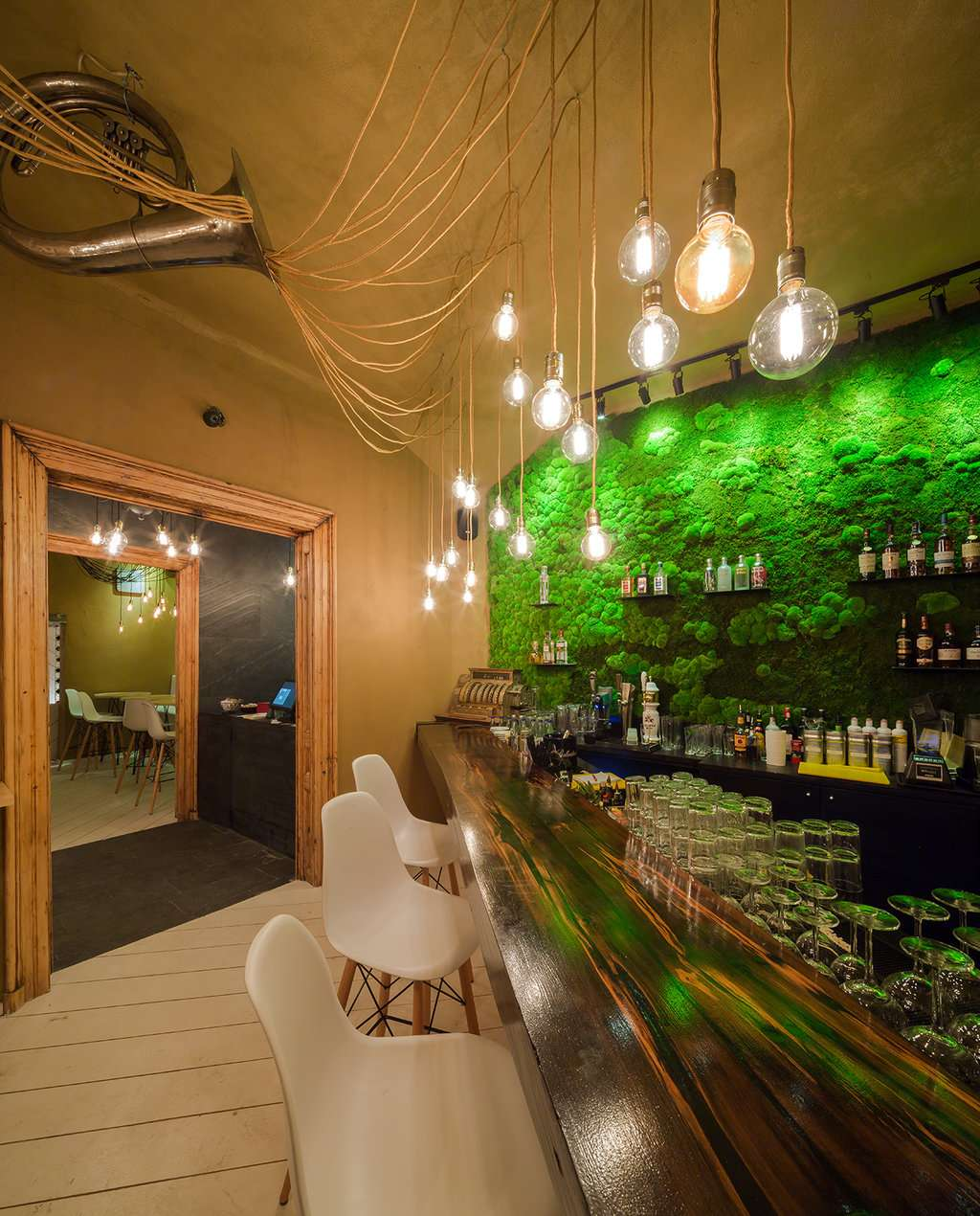 Restaurantul bucurestean Shift cu bar si perete verde