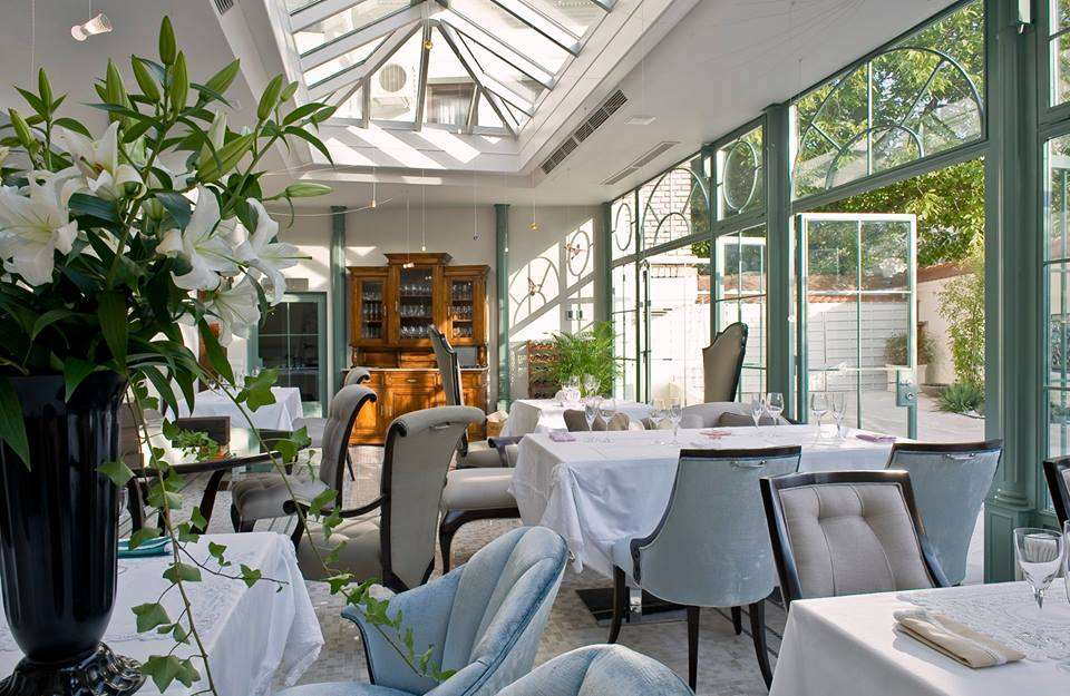 Local Veranda Casa Frumoasa din Bucuresti, cu mobilier elegant si constructie din metal si sticla