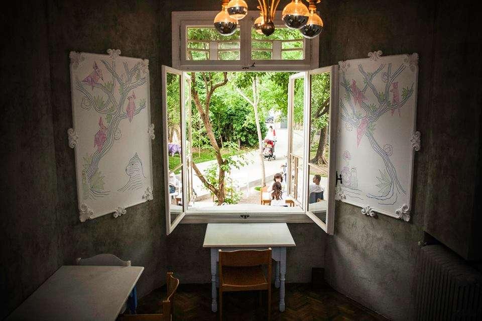 Restaurant Voila din Bucuresti, cu mese mici si tablouri