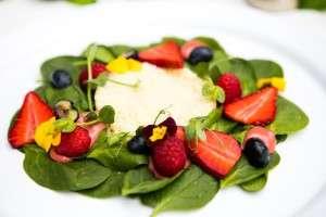 Salata vegetariana cu spanac, cus cus si zmeura